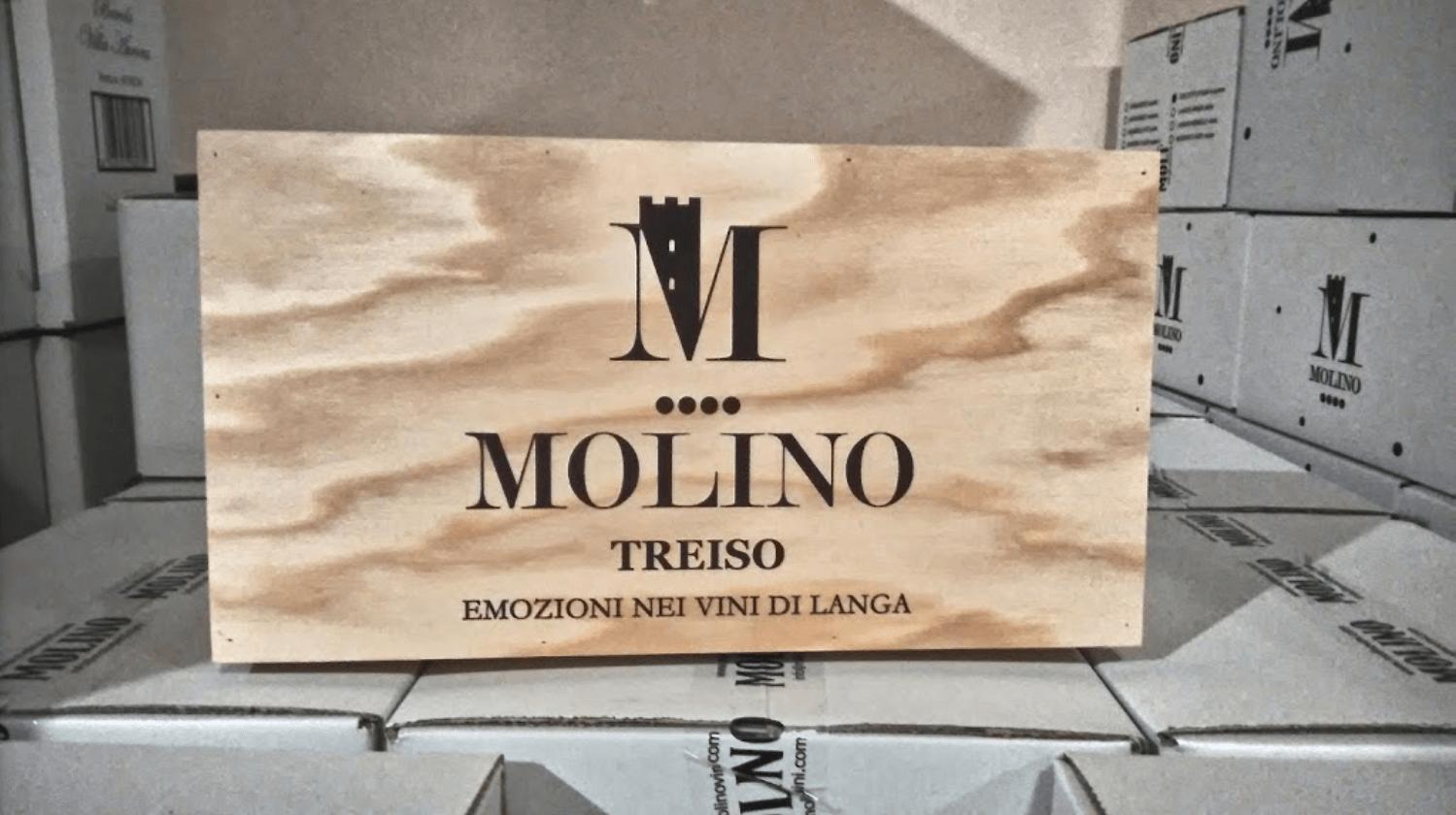 Una cassetta di legno contenente vino Molinoi